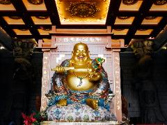 Big gold happy Buddha statue in the Chung Tai Chan Monastery ni Taiwan